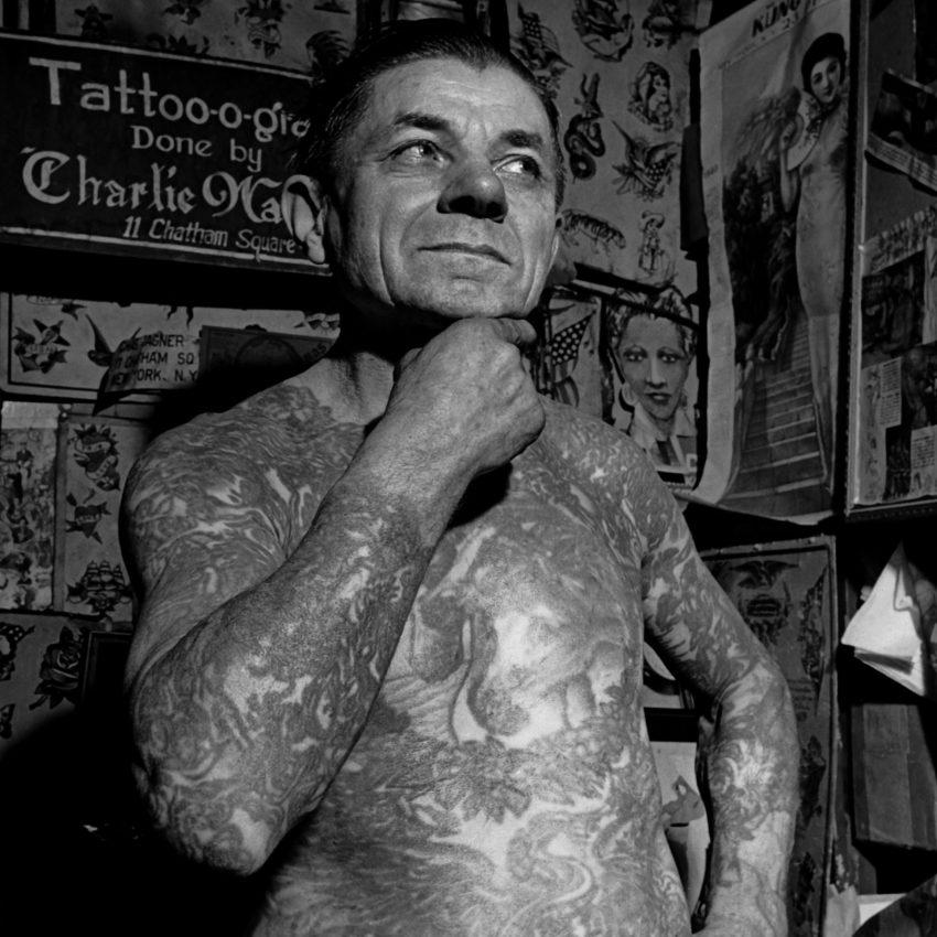 new yorks tattoo geschichte auf tätowiertem mann